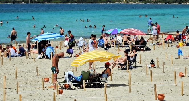 Çeşme plajlarında sosyal mesafeli tatil