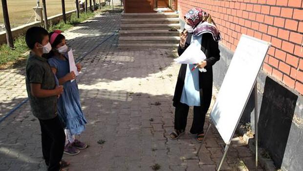 Gamze öğretmen kapı kapı dolaşarak öğrencilerine ders anlatıyor