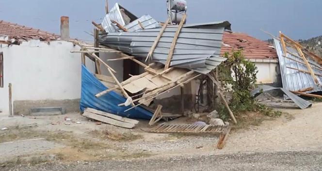Nallıhan'da şiddetli rüzgar evin çatısını uçurdu