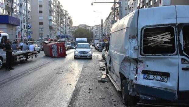 Park halindeki 2 araca çarpan minibüs devrildi: 3 yaralı