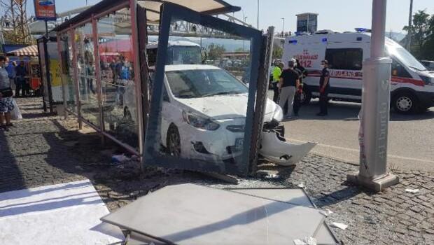 Sürücü kalp krizi geçirdi! Otomobil durağa daldı: Yaralılar var