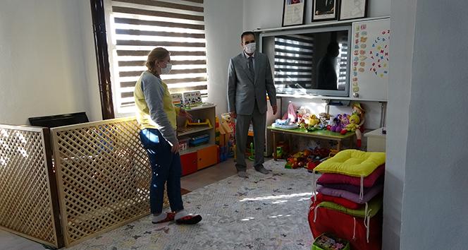 Fedakar öğretmen hayatını köy okulu öğrencilerine adadı
