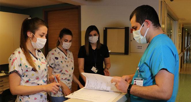 Sağlık çalışanı çift 14 Şubat'ta görevlerini aşkla sürdürüyor