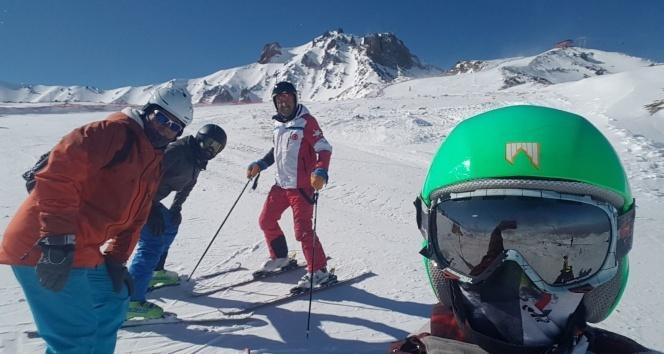 Türkiye'nin en yüksek kayak pisti, kayakçıların akınına uğradı
