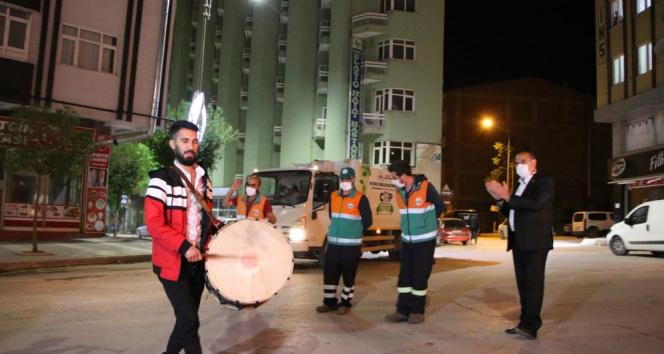 Elazığ'da geleneksel '23. sahur halayı'nın tadını temizlik görevlileri çıkardı
