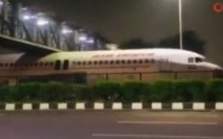 Hindistan'da yolcu uçağı köprünün altında sıkıştı!