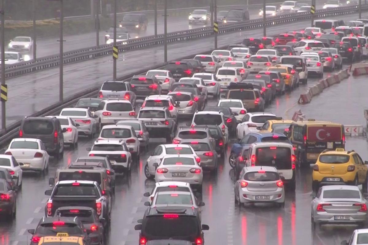 İstanbul'da yağış, trafiği olumsuz etkiledi